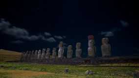 Moais auf mondbeschienem unterem sternenklarem Himmel Ahu Tongariki, Osterinsel, Chile Stockfotografie