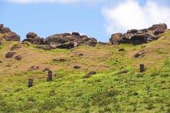 Moais bij de vulkaan van Rano Raraku Stock Afbeelding