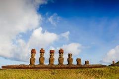 Moais en la playa de Anakena en la isla de pascua imagenes de archivo
