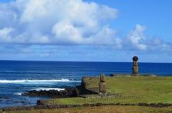 Moais på Ahu Tahai det ceremoniella komplexet nära Hanga Roa, Rapa Nui påskö Royaltyfria Bilder