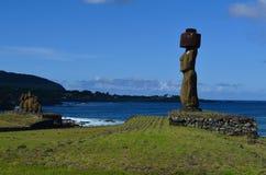 Moais på Ahu Tahai det ceremoniella komplexet nära Hanga Roa, Rapa Nui påskö Royaltyfri Bild