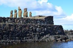 Moais przy Ahu Tahai ceremonialnym kompleksem blisko Hanga Roa, Rapa Nui Wielkanocna wyspa Zdjęcie Royalty Free
