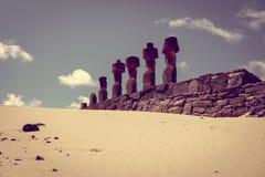 Moais statui miejsca ahu Nao Nao na anakena plaży, Easter wyspa Fotografia Royalty Free