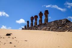 Moais statui miejsca ahu Nao Nao na anakena plaży, Easter wyspa Obraz Royalty Free