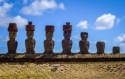 Moais statui miejsca ahu Nao Nao na anakena plaży, Easter wyspa Zdjęcia Stock