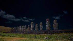 Moais sur le ciel étoilé de dessous éclairé par la lune d'Ahu Tongariki, île de Pâques, Chili Photographie stock