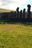 Moais w ceremonialnym estradowym Ahu przy Tongariki plażą, Rapa Nui Wielkanocna wyspa Zdjęcie Stock
