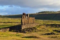 Moais w ceremonialnym estradowym Ahu przy Tongariki plażą, Rapa Nui Wielkanocna wyspa Zdjęcia Royalty Free