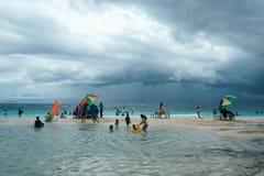 Moalboal 宿务 菲律宾- 2016年8月06日:得到乐趣和休息的菲律宾家庭,当风暴来临到时 免版税库存照片