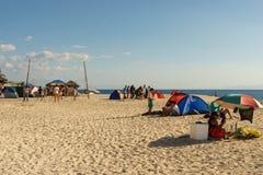 Moalboal 宿务 菲律宾- 2016年4月06日:有帐篷的菲律宾得到休息和打排球的人民和ambrella 免版税库存图片