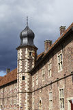 Moated城堡拉埃斯费尔德德国-太阳和云彩 库存照片