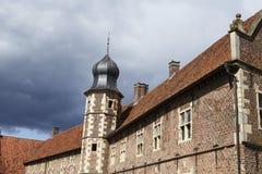 Moated城堡拉埃斯费尔德德国-太阳和云彩 免版税图库摄影