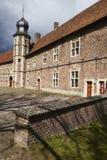 Moated城堡拉埃斯费尔德德国-太阳和云彩 库存图片