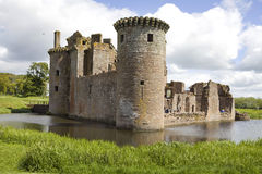 Moated Caerlaverock Schloss, Schottland, stockfotos