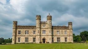 A moated middeleeuws kasteel in Engeland stock foto