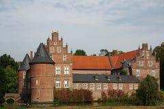Moated Schloss am Fall Lizenzfreie Stockfotos