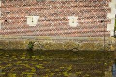 Moated Schloss Raesfeld Deutschland - Wand und Burggraben Stockfotografie