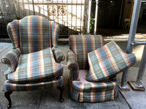 Mobília abandonada no passeio da cidade foto de stock