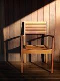 Mobília ao ar livre: cadeira de madeira na plataforma Foto de Stock