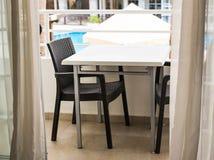 Mobília ao ar livre Cadeiras de sala de estar em um balcão a relaxar Imagens de Stock