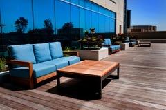 Mobília ao ar livre na plataforma de madeira Imagens de Stock Royalty Free