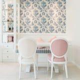A mobília clássica do estilo do vintage ajustou-se em uma sala de visitas Imagens de Stock