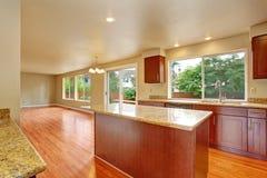 Mobília da cozinha na casa vazia Imagens de Stock