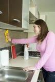 Mobília de lustro da menina atrativa na cozinha Fotos de Stock