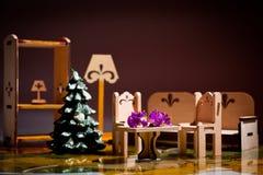 Mobília de madeira do brinquedo com uma árvore de Natal fotos de stock