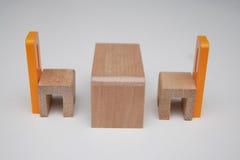 Mobília de madeira duas cadeiras e tabelas Fotos de Stock Royalty Free