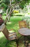 Mobília de madeira e ajardinar do jardim Fotos de Stock Royalty Free
