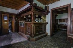 Mobília de madeira na residencial velha fotografia de stock