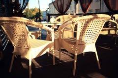 Mobília de vime em um interior do café do verão Imagens de Stock