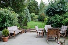 Mob lia do jardim ajustada com as flores na frente da casa for Mobilia outdoor furniture