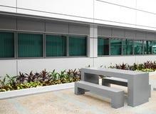 Mobília do jardim do pátio do prédio de escritórios Imagem de Stock