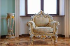 Mobília do vintage com tabela velha, conceito velho das épocas foto de stock