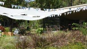 A mobília e a decoração no jardim para povos sentam-se e relaxam-se em exterior em Tailândia filme