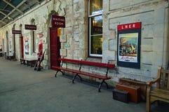 Mobília e signage da plataforma na estação do leste kirkby de stephen fotografia de stock