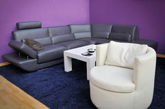 Mobília e tabela modernas Fotografia de Stock Royalty Free