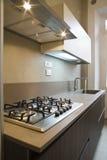 Mobília em uma cozinha moderna foto de stock