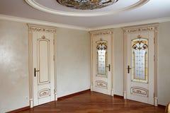 Mobília luxuosa da parte alta, portas no interior Mobília no estilo clássico árvore branca com guarnição do ouro patina carving foto de stock royalty free