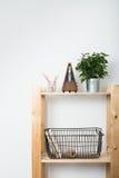 Mobília minimalista simples, prateleira de madeira fotografia de stock royalty free