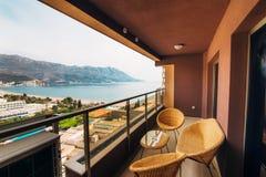 Mobília no balcão do apartamento imagens de stock royalty free