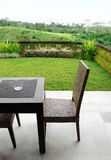 Mobília no pátio com vista Imagem de Stock Royalty Free