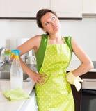 Mobília nova infeliz da limpeza da dona de casa Fotos de Stock