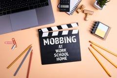 Mobba på arbete, skola, hem Informationsteknik och aff?rsid? arkivfoton