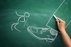Mobbing στην έννοια εργασίας, σκίτσο του προϊσταμένου που κλωτσά το πνεύμα υπαλλήλων του στοκ εικόνες