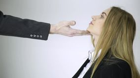 Mobbning i regeringsställning rörande haka för framstickande till ung anställd stock video