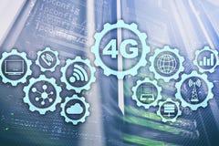 Mobiel de dataverbindingconcept van de telecommunicatie cellulair hoge snelheid: 4G LTE Op de achtergrond van de serverruimte royalty-vrije stock afbeeldingen
