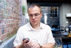 Mobiel de telefoonrestaurant van de mens Stock Afbeeldingen